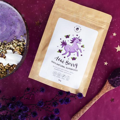 Unicorn Superfoods Acai Poeder verpakking met poeder los eroverheen gestrooid